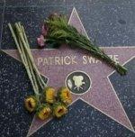 Des fleurs pour Patrick Swayze sur le pavé