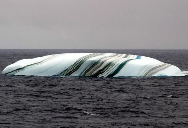 Iceberg à rayure en mer