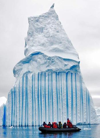 Iceberg à rayure et bateau